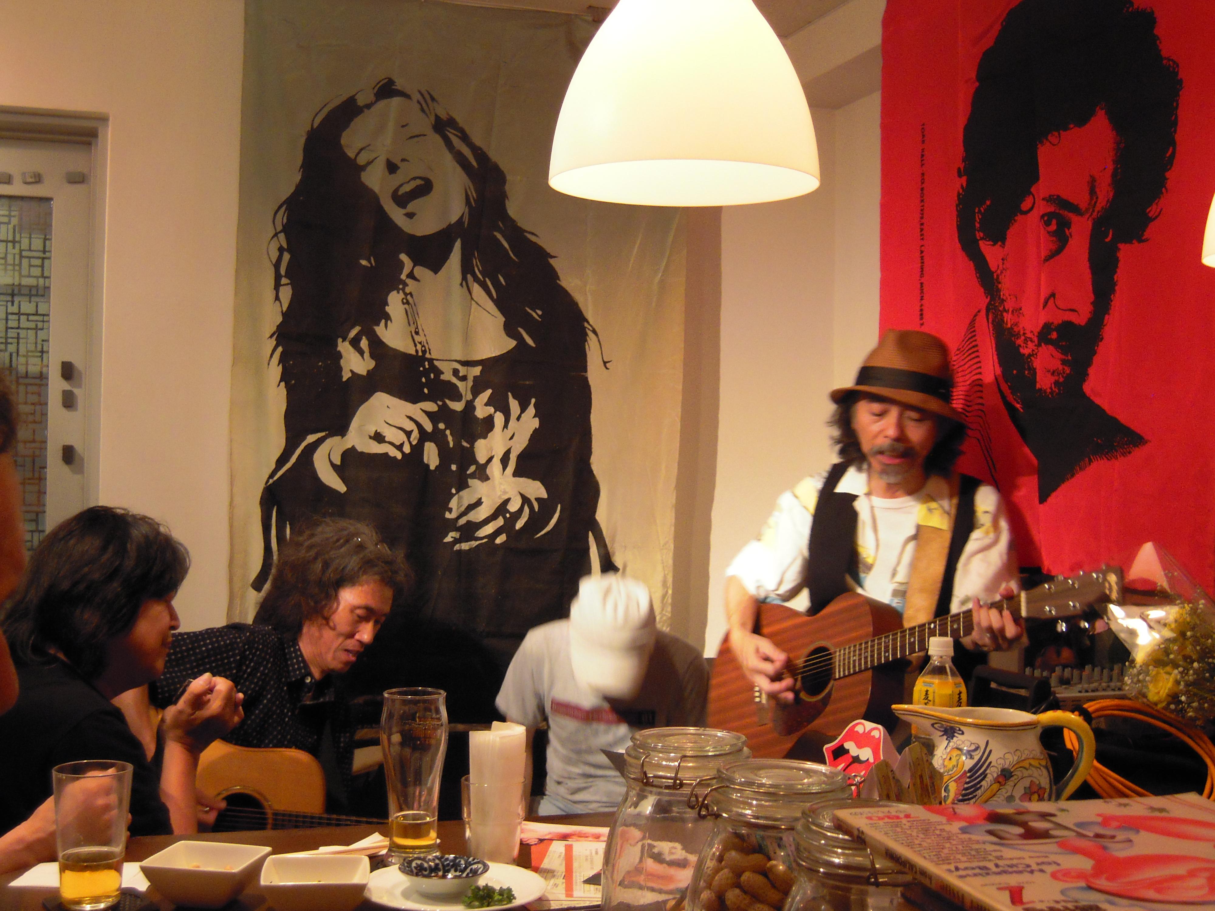 左からブルースハープ・山木康世、ブルースギター・船岡辰哉さん、パーカッション・タヒさん、ギターと歌・岡田信一さん