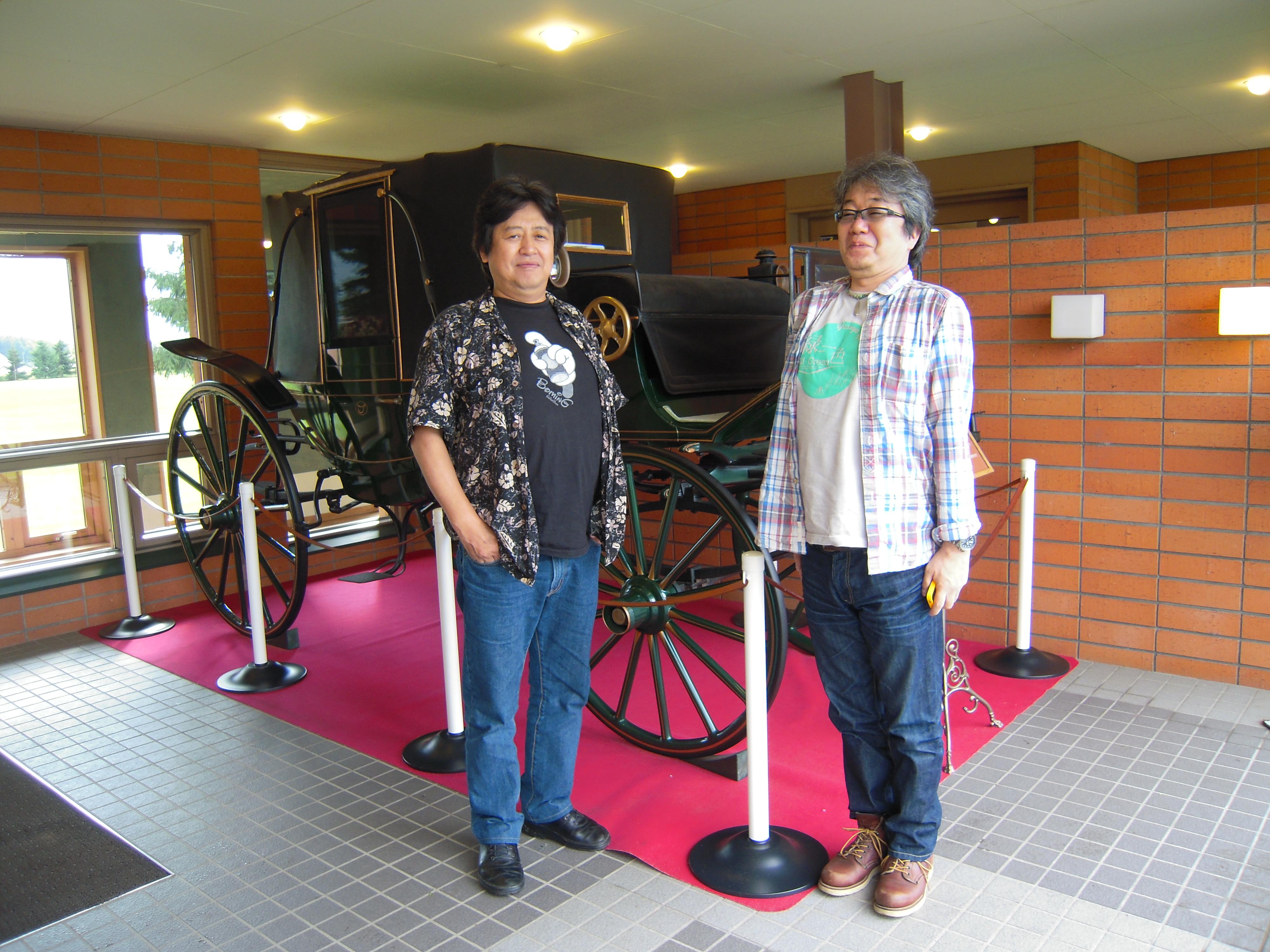札幌市部長とショールームの入口で