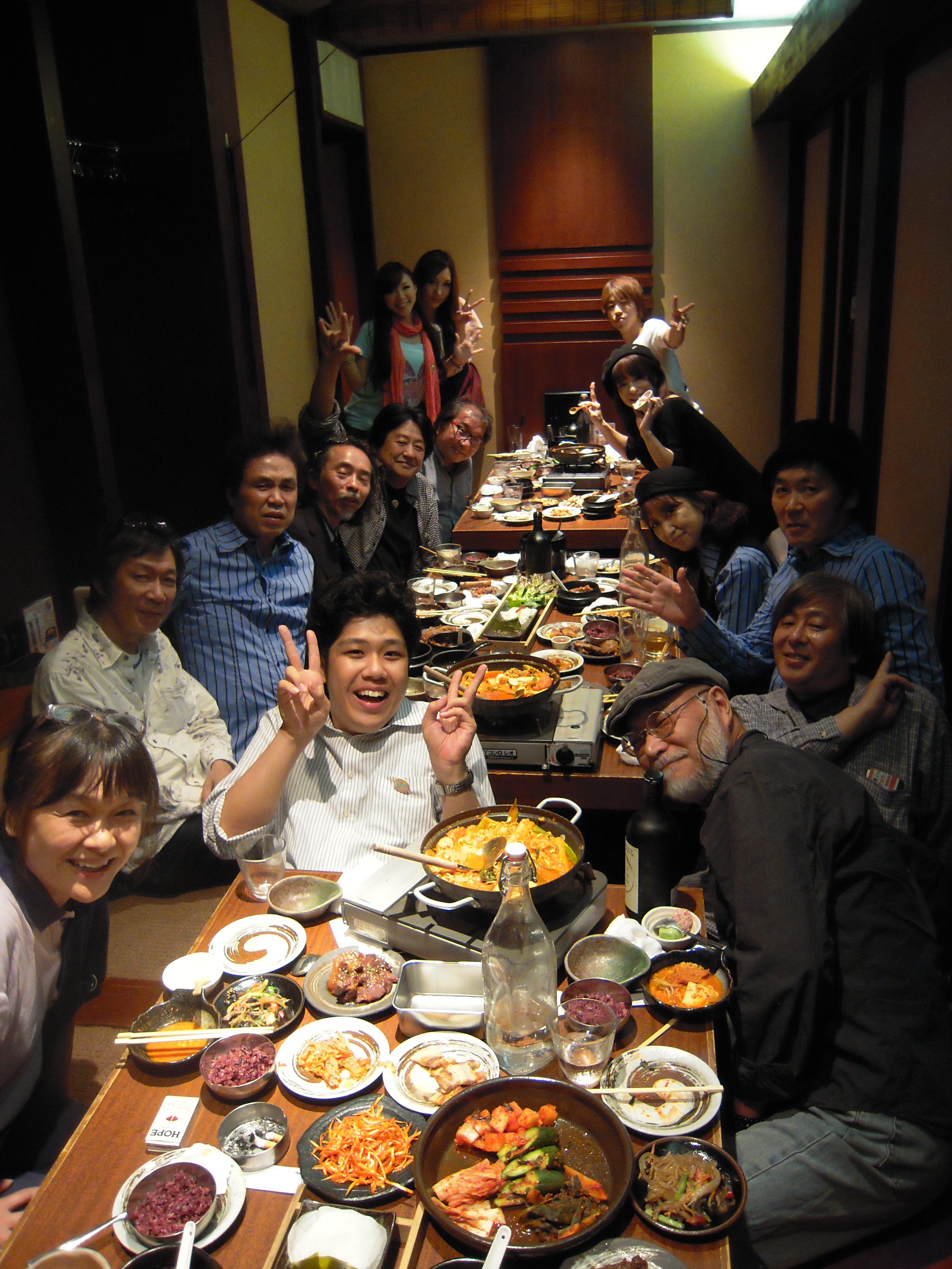 コンサートにお越しいただいた岡崎倫典さんも打ち上げに参加、大久保の夜は更けました