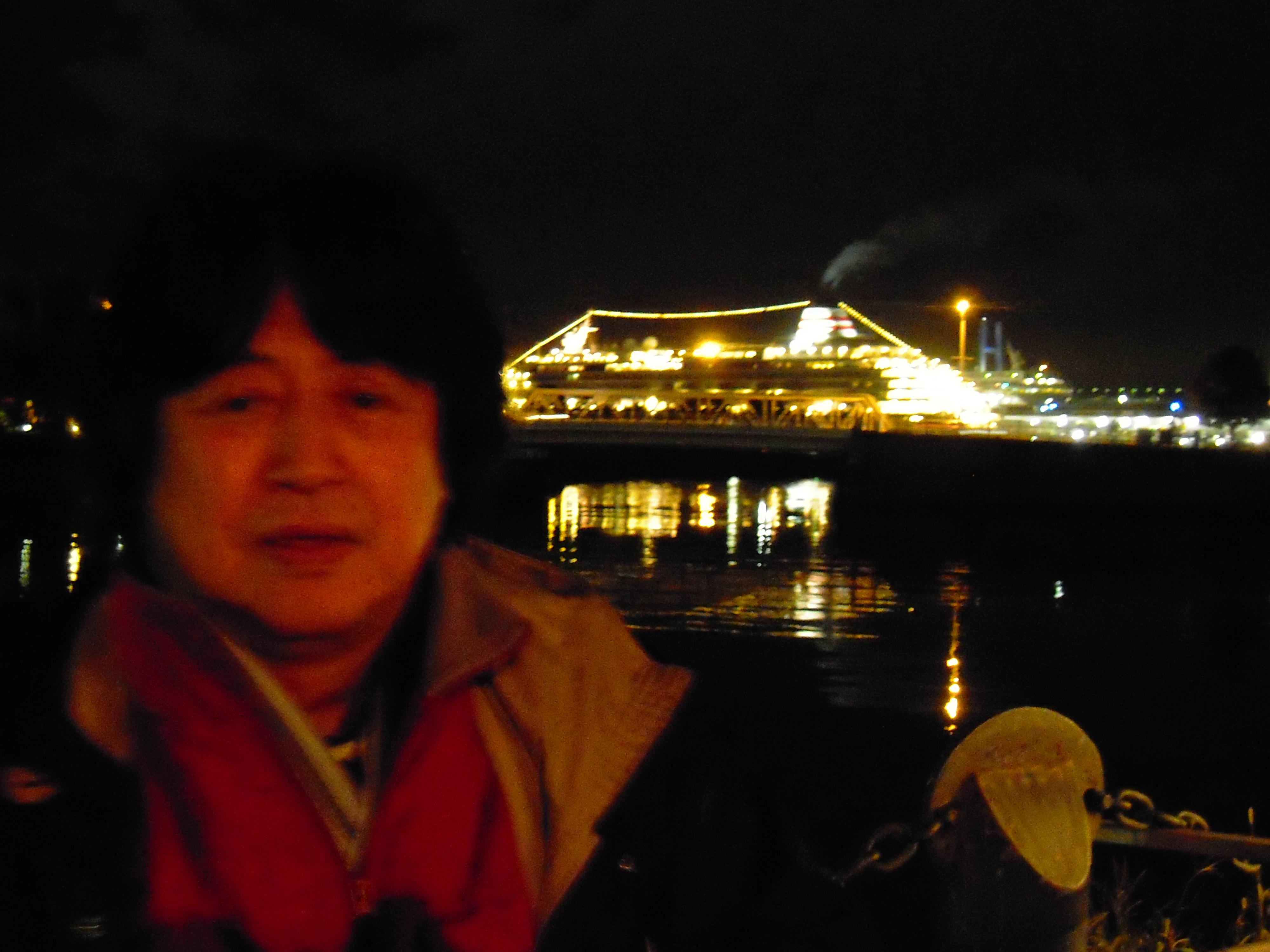 大桟橋には本日夜に出航する豪華客船・飛鳥Ⅱが停泊していました。無数の電飾に浮かび上がるシルエットがきれいです。「こんな船でライブクルーズしてみたいなあ」