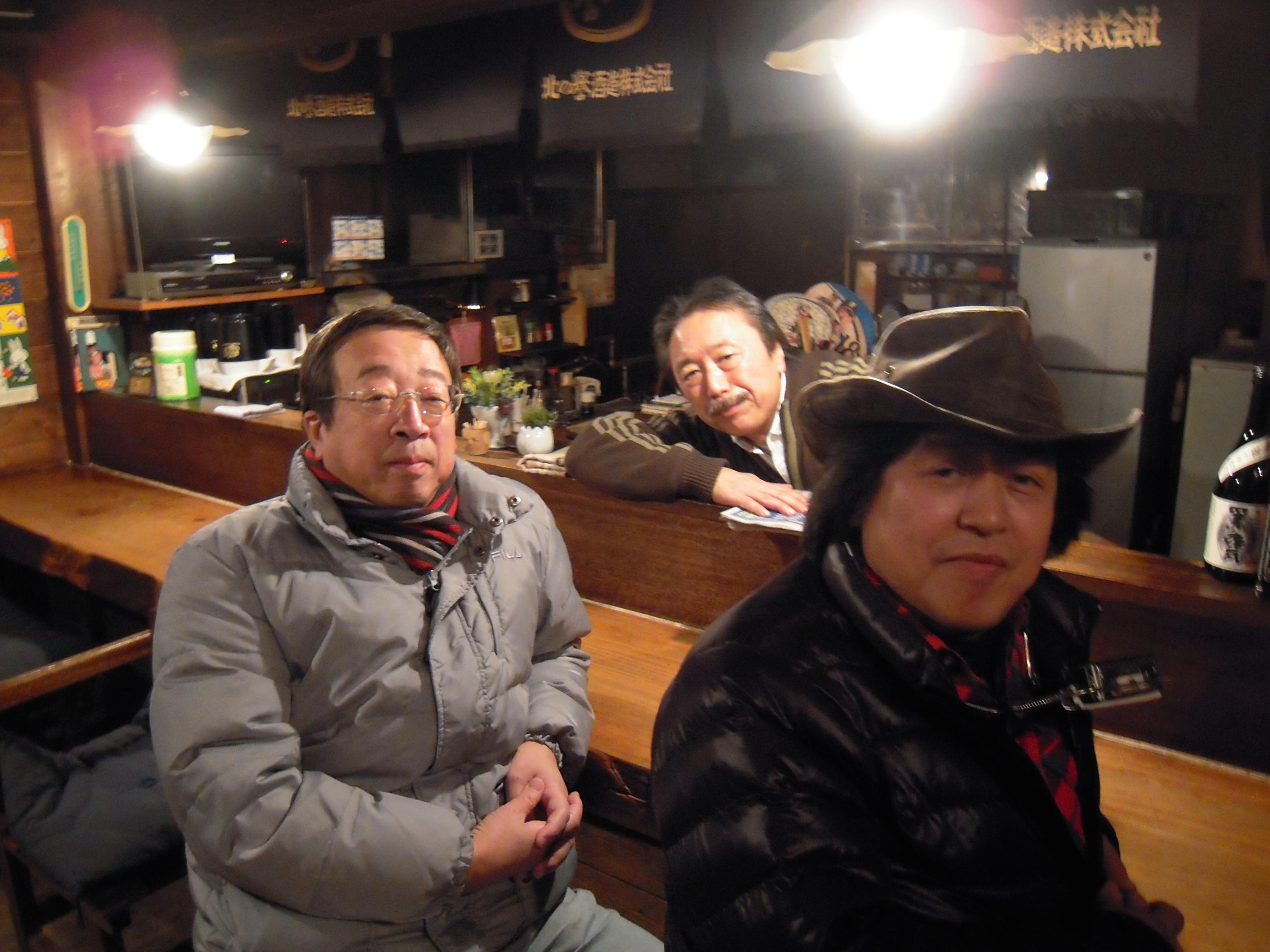 リハーサルを終えて一息。左から、小樽在住の従弟の山木祥生さん、「一匹長屋」マスター・下村さん、山木康世