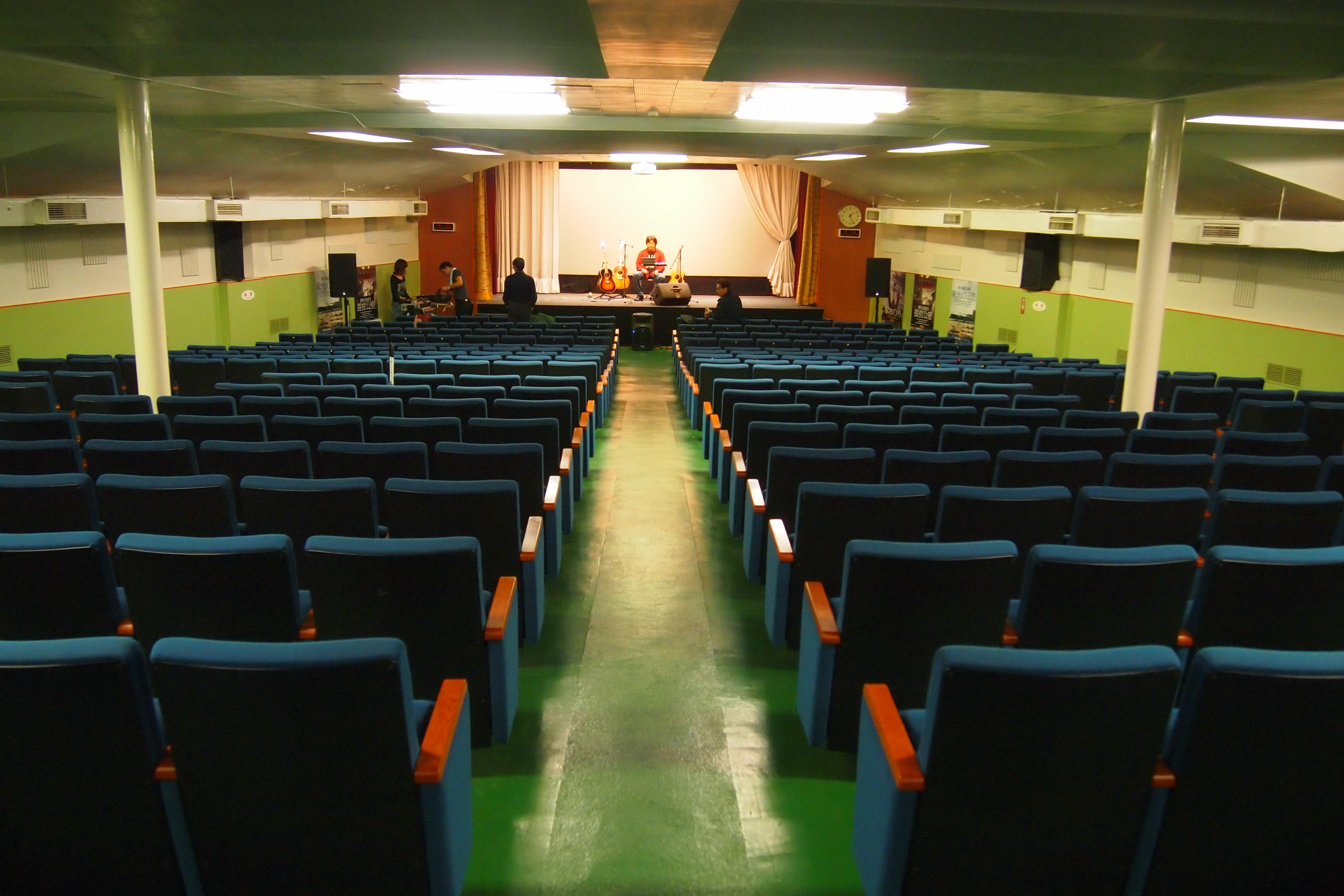船首甲板の下に広い講堂があります。三笠でのコンサートは初めてとか。