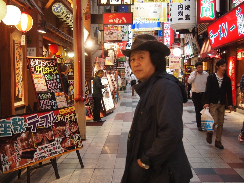 AKASOがある場所はこんな雰囲気の通り。飲食店、風俗店、ファッションホテル・・・。この雑多さがたまりません、とBOSS。