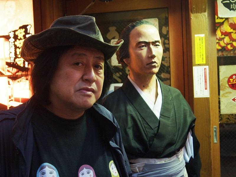 坂本龍馬さんも店の前に立って呼び込みしています