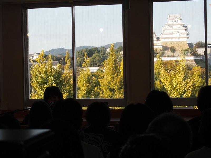 歌うBOSSの背後にはガラス越しに姫路城がくっきり