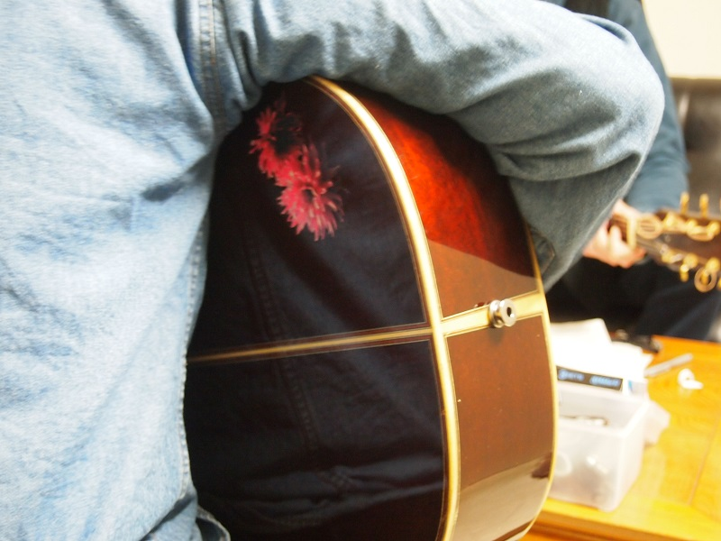 テリーズYAMAKIモデル。ギターを抱えた後ろ姿にはダリア「バイオレットキミ」がくっきりと。YAMAKIモデル、まだまだ注文受付中です。