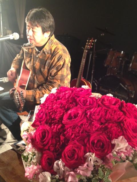 茅ヶ崎のお客様からいただいた大きなバレンタイン薔薇の花かご。横須賀のステージにも映えました。