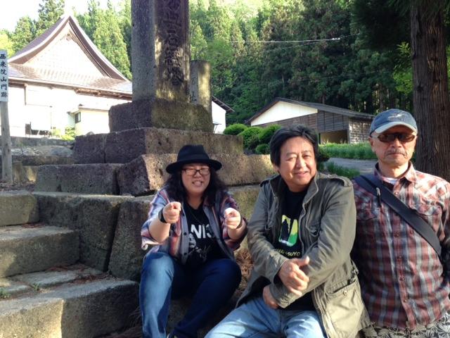 前乗りした8日、山木家の先祖代々の墓がある高畠町の西来院へ参拝、コンサートの成功祈願をする。
